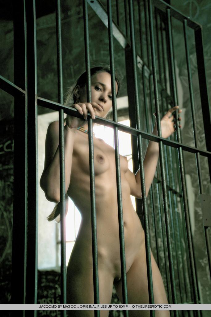 Голые в тюрьме фото